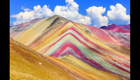 La montaña Vinicunca, conocida como la montaña arcoíris o montaña de Los Siete Colores, es otro atractivo indispensable en tu próxima visita al Cuco. Tiene una altitud de 5.200 m.s.n.m. y su nombre se debe a los colores de su apariencia, los cuales provienen de los minerales que guarda en su subsuelo. Foto: Shutterstock.
