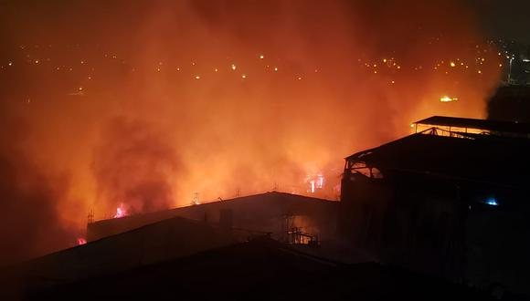 Incendió consume una quinta de la cuadra 9 del Jr. Callao, cerca de la comisaría de Monserrate. (Foto: Hugo Pérez/GEC)