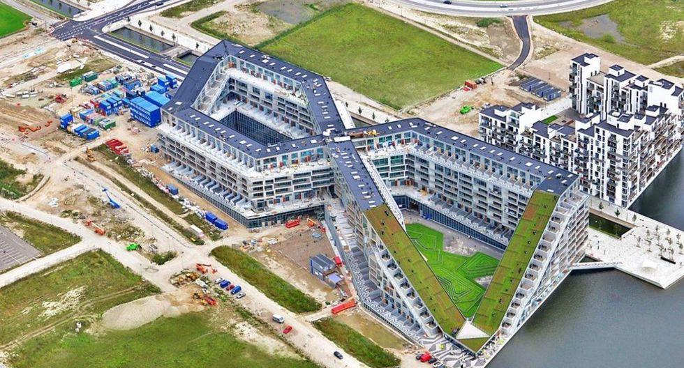 8 House. Se le denomina por la forma de 8 de su fachada. Ubicada en Copenhague, Dinamarca, esta construcción estuvo bajo el mando de Bjarke Ingels Group y fue presentada al público en 2011. Los primeros pisos de los edificios funcionan como tiendas abiertas al público. (http://www.archdaily.pe)