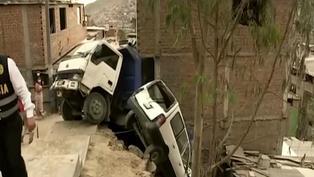 Rímac: vehículos quedaron en el aire y estuvieron a punto de caer sobre dos casas