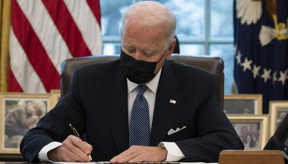 El presidente de los Estados Unidos, Joe Biden, firma una Orden Ejecutiva que revierte la prohibición de la era Trump de que las personas transgénero sirvan en el ejército. (JIM WATSON / AFP)