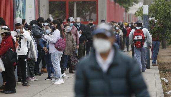 Hay largas colas en puntos de inoculación como La Videna, en San Luis. (Foto : Jorge Cerdán / @photo.gec)