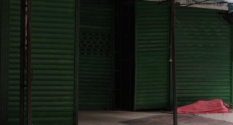 Muchos indigentes dicen que tienen miedo de estar en espacios abarrotados, lo que propagaría aún más el nuevo coronavirus. Imagen de una persona durmiendo en las calles de Río de Janeiro. (Reuters).