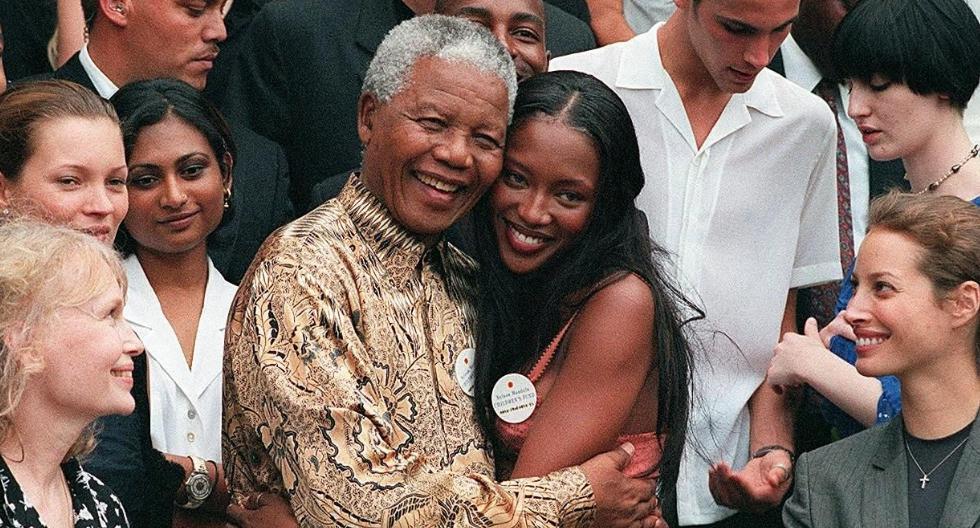 En  1998, Naomi Campbell viajó  a Sudáfrica y se reunió en Cape Town con Nelson Mandela, durante el desfile benéfico de Versace. (Foto: AFP)