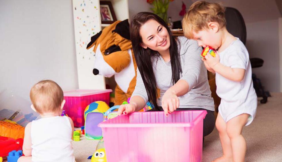 Finalmente, conforme pasen los años, la idea es involucrar a los niños en las tareas de orden. Es importante que crezcan con una noción de cómo ordenar su propio espacio. (Shutterstock)