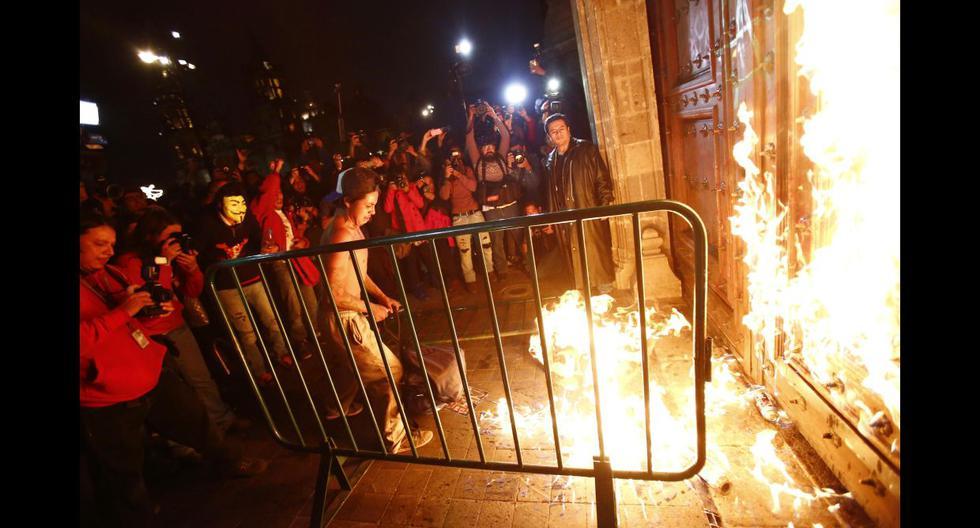 México: La ira por los estudiantes llegó al Palacio Nacional - 1