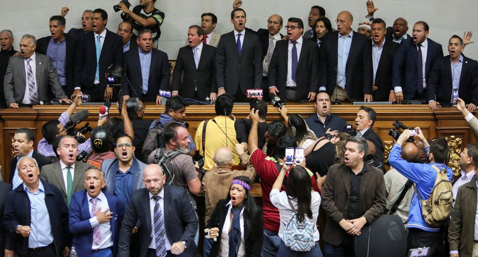 Por mas de media hora, los uniformados impidieron la entrada de los legisladores de oposición al palacio legislativo, donde desde mas temprano se había instalado una sesión, pero sólo con el oficialismo de unas 50 personas. (Foto: Reuters)