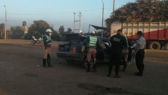Cañete: Llanta de camión en pleno movimiento salió disparada e impactó contra automóvil en el que viajaban las víctimas en la antigua Panamericana Sur. (Foto PNP)