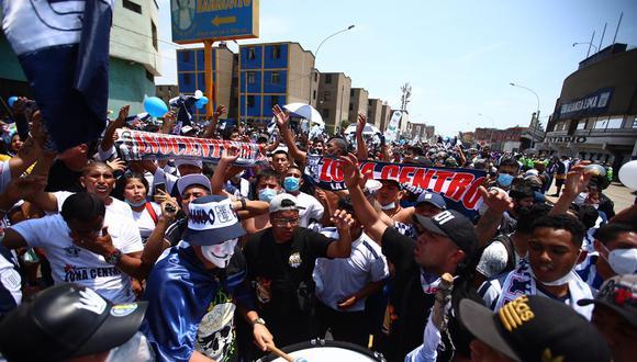 Los aficionados llegaron desde muy temprano al Estadio Matute para realizar un banderazo y señalaron que luego se irán hacia el Estadio Nacional, donde Alianza se enfrentará con Sport Huancayo a las 3:00 p.m. Foto: HugoCurotto / @photo.gec