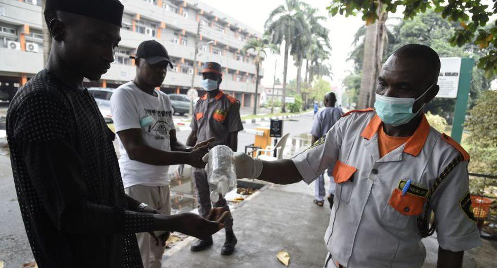 Nigeria informó el primer nuevo caso de coronavirus en África subsahariana y se canceló un importante auto show mundial en un intento por detener el contagio, ya que la epidemia mortal provocó la caída de los mercados bursátiles mundiales y los precios del petróleo. (Foto: AFP).