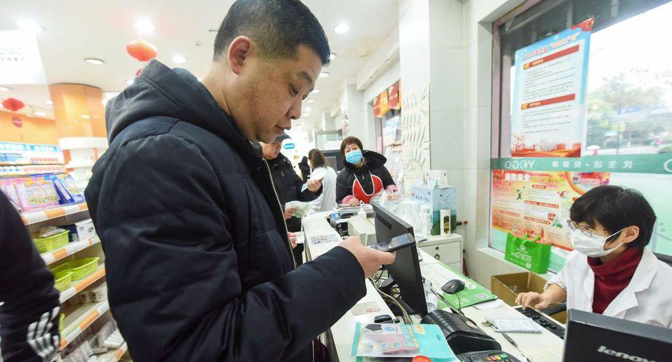 La gente hace cola para comprar máscaras en una farmacia en Hangzhou, en la provincia oriental china de Zhejiang. (AFP).