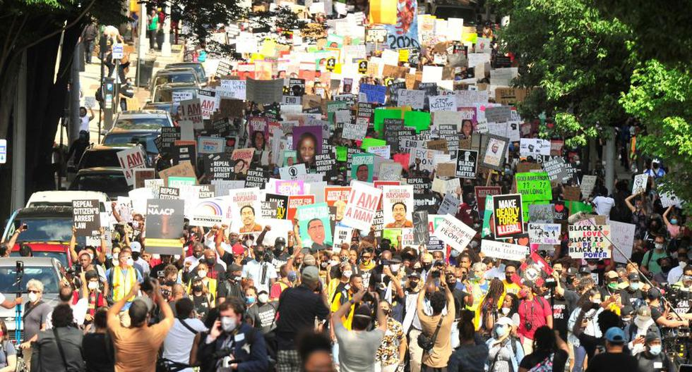 Grupos de personas se reúnen para una marcha de protesta de la Asociación Nacional para el Avance de las Personas de Color (NAACP) en Atlanta, Georgia. El tiroteo fatal de un hombre afroamericano por parte de un oficial de policía blanco ha vertido más combustible en el furioso debate de Estados Unidos sobre el racismo. (Foto: Alex Hicks Jr.-USA TODAY NETWORK).