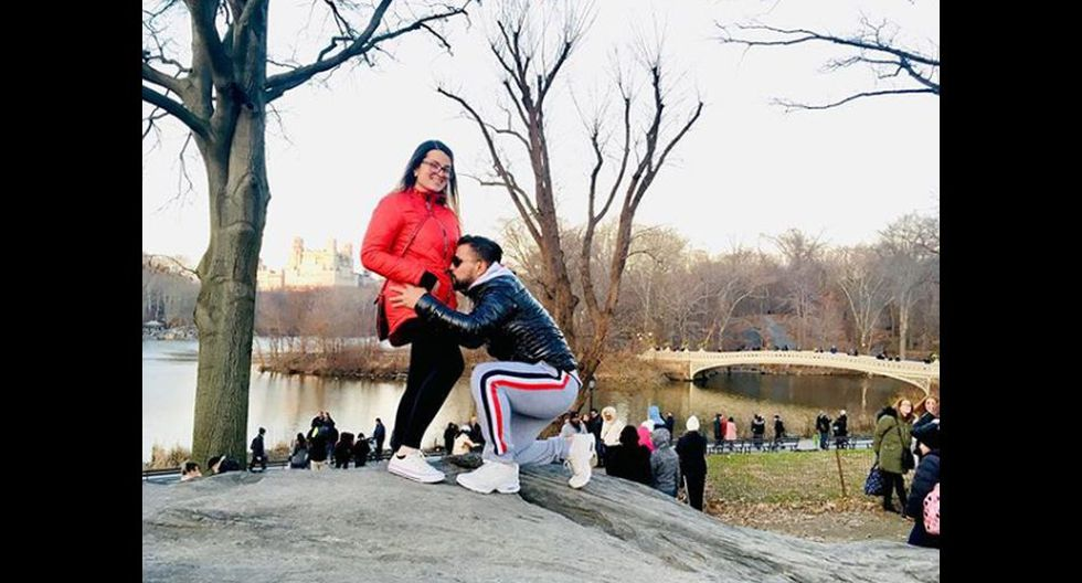 Le gustaba mucho viajar en sus vacaciones. Aquí lo vemos en Nueva York con la madre de su hijo recién nacido.