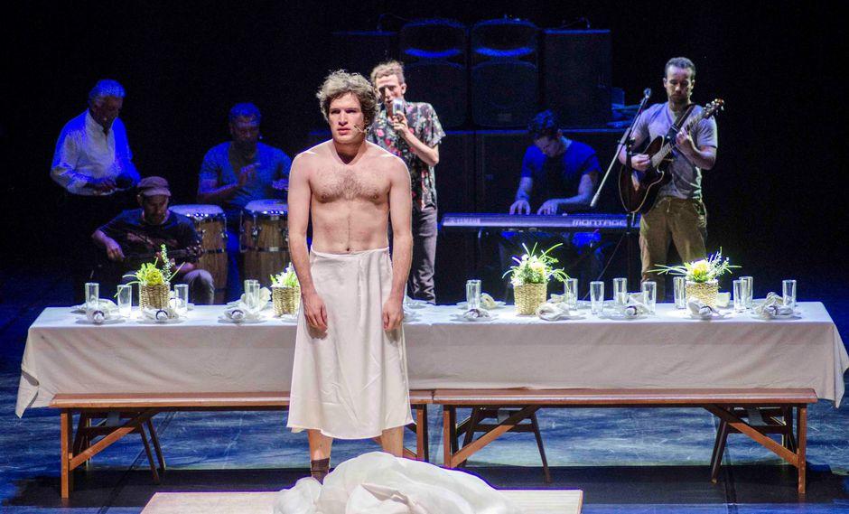 """""""Mucho ruido por nada"""", una de las obras invitadas al festival, es montada al estilo isabelino, con todo su reparto conformado por hombres. (EFE)"""
