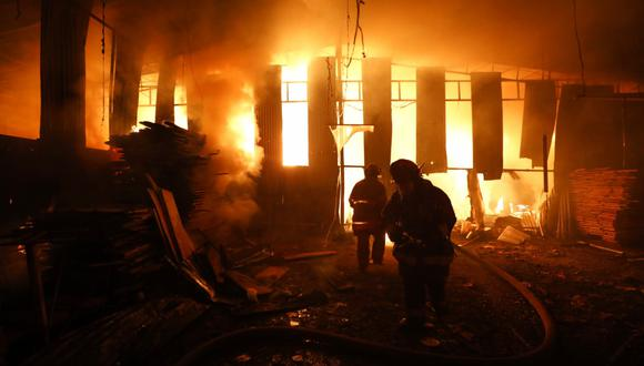 Bomberos controlan incendio en taller de ataúdes.  Fuego causó daño en casas vecinas en San Juan de Lurigancho. Foto: César Bueno @photo.gec