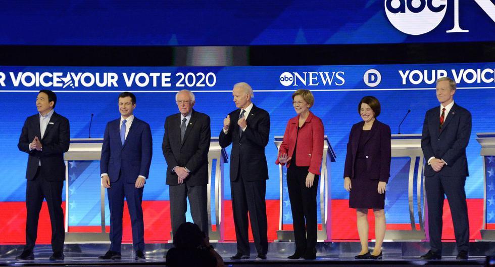 Todos los precandidatos a las primarias demócratas tras acabar el octavo debate. (AFP).