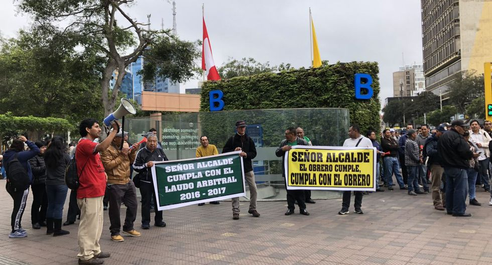 Trabajadores del municipio de Miraflores protestaron frente al local Municipal para reclamar adelanto de pagos.