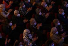 Vacunados y autorizados a divertirse, residentes de geriátricos van al teatro en España en su primera salida en un año