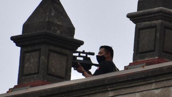 Por su parte, autoridades capitalinas consultadas también por esta casa editorial confirmaron que las fotografías en las que se ven a hombres en el techo de Palacio Nacional corresponden al momento de la marcha del 8M. (Foto: Haarón Álvarez / ObturadoMX, vía El Universal de México/ GDA).