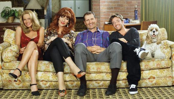 La disfuncional familia Bundy compuesta (de izquierda a derecha) por Kelly (Christina Applegate), Peggy (Katey Sagal), Al (Ed O'Neill) y Bud (David Faustino). El perro Lucky reemplazó a Buck en 1996.   (Foto: Fox)