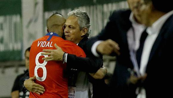 El abrazo cómplice entre Arturo Vidal y Reinaldo Rueda. (Foto: EFE)