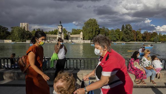 Gente caminando en el parque del Retiro en Madrid. (Foto: AP)