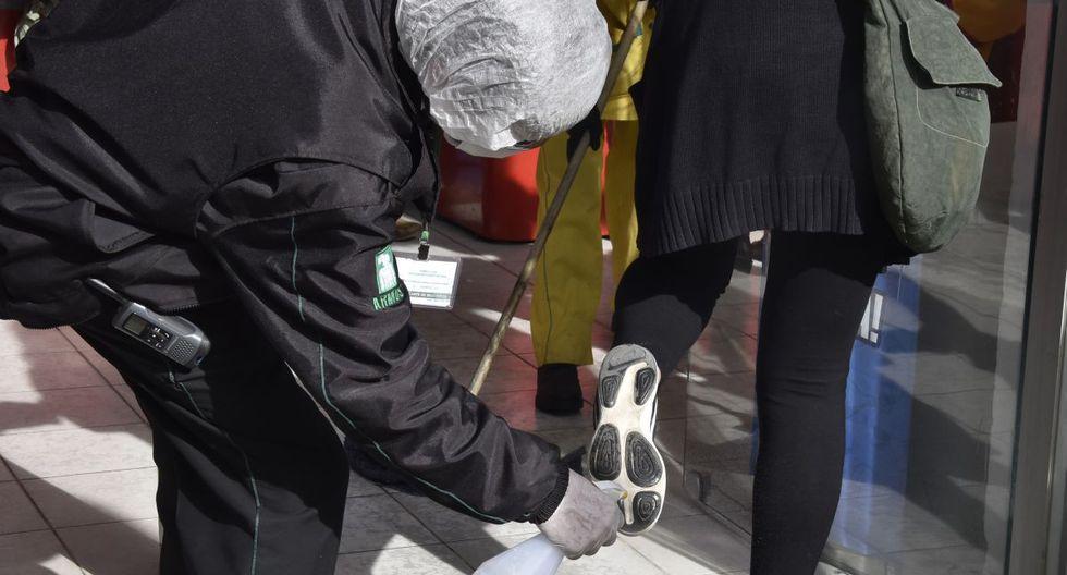 Los zapatos pueden ser un gran foco de infección. Deben ser desinfectados antes de entrar a casa. (Foto: AFP)