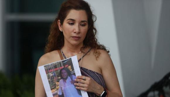 Luz Marina sostiene una foto de su tía, Marina Azen, a quien no ha podido encontrar. (Getty Images).