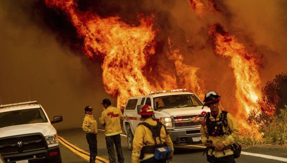 Las llamas de los incendios del LNU Lightning Complex saltan sobre Butts Canyon Road, en el condado no incorporado de Lake, California (Foto: AP / Noah Berger)