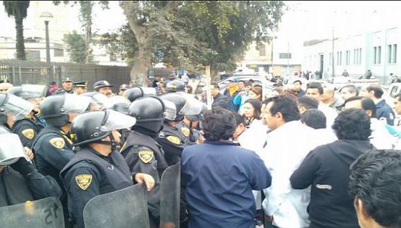 Médicos se enfrentaron a policías en el Hospital 2 de Mayo
