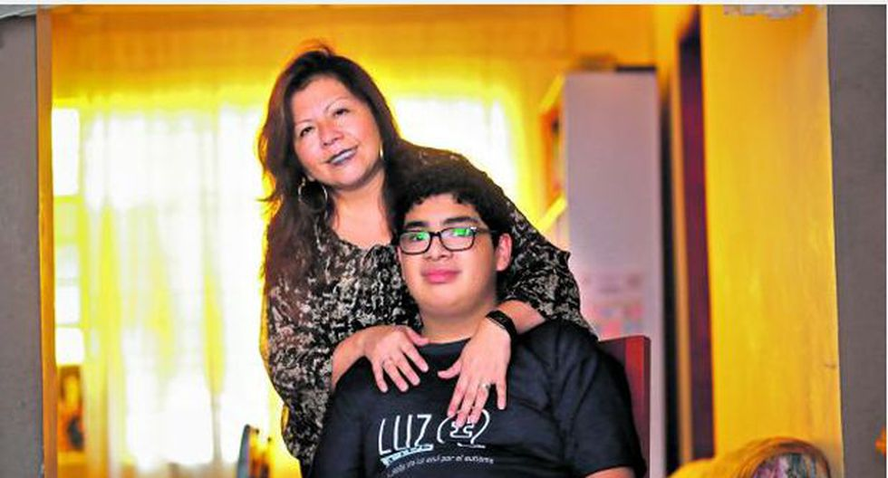 Gonzalo y su mamá Milagros luchan a diario contra el déficit de servicios de salud que existe parta atender a personas con autismo (Foto: Lino Chipana)