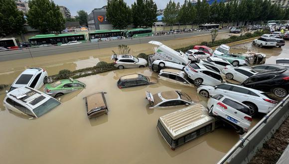 Esta foto de archivo tomada el 21 de julio de 2021 muestra automóviles sumergidos tras las inundaciones en la ciudad de Zhengzhou, en la provincia central china de Henan. (Foto de STR / AFP).