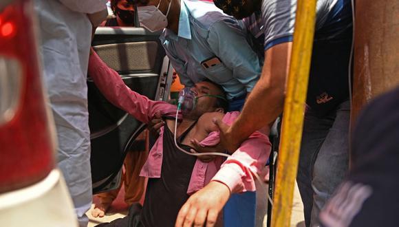 Un paciente respira con la ayuda de oxígeno en Ghaziabad, India, en medio de la pandemia de coronavirus. (Foto de Sajjad HUSSAIN / AFP).
