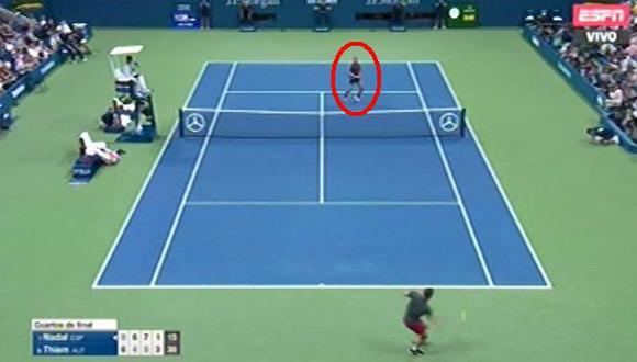 Rafael Nadal estático: el español se quedó mirando el magnífico globito que le lanzó Thiem. (Foto: Captura de video)