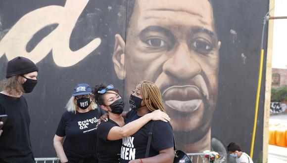 Las personas reaccionan cerca de un mural de George Floyd luego de que el ex oficial de policía de Minneapolis Derek Chauvin fuera declarado culpable de asesinato. (EFE / EPA / ERIK S. MENOR).