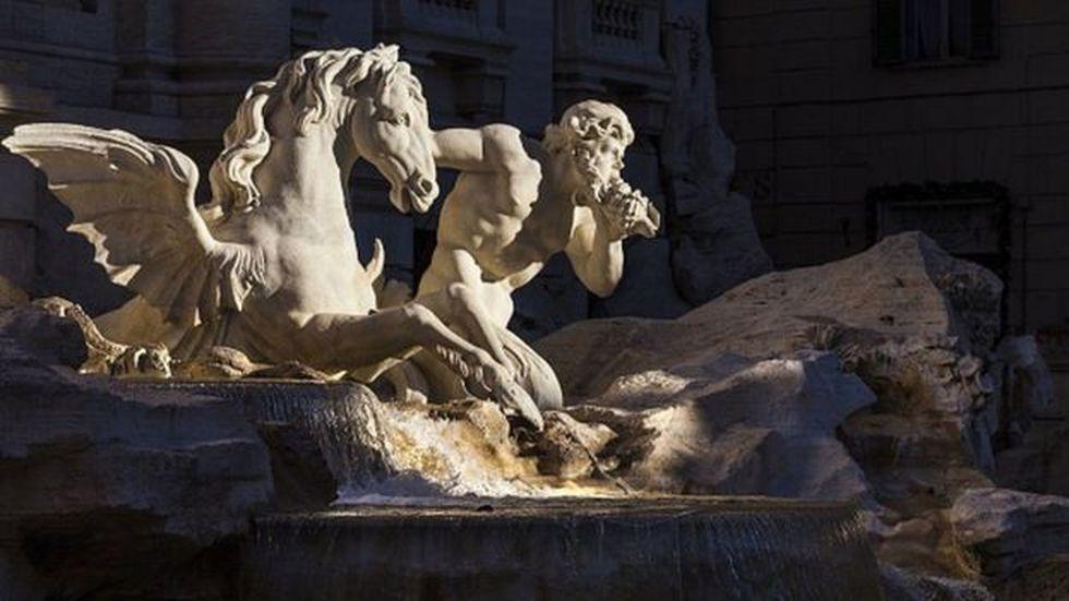 La fuente está situada en el cruce de tres calles marcando el punto de los antiguos acueductos que suministraban agua en la antigua Roma. Foto: Getty images, vía BBC Mundo