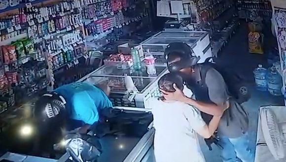 Anciana le entrega su dinero a ladrón, pero este se niega y se retira dándole un beso en la frente. El video es viral en redes sociales. (YouTube)