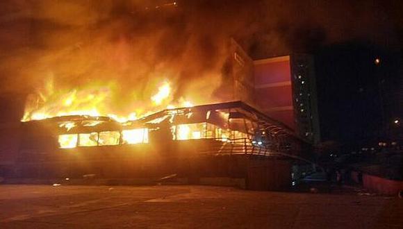 Venezuela: Acusan a chavistas armados de incendiar universidad