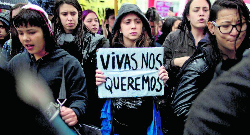 Las constantes denuncias por violaciones y feminicidios han generado una ola de manifestaciones en todo el mundo. En la foto, una marcha en Argentina tras el secuestro y asesinato de una joven de 16 años. (AP)