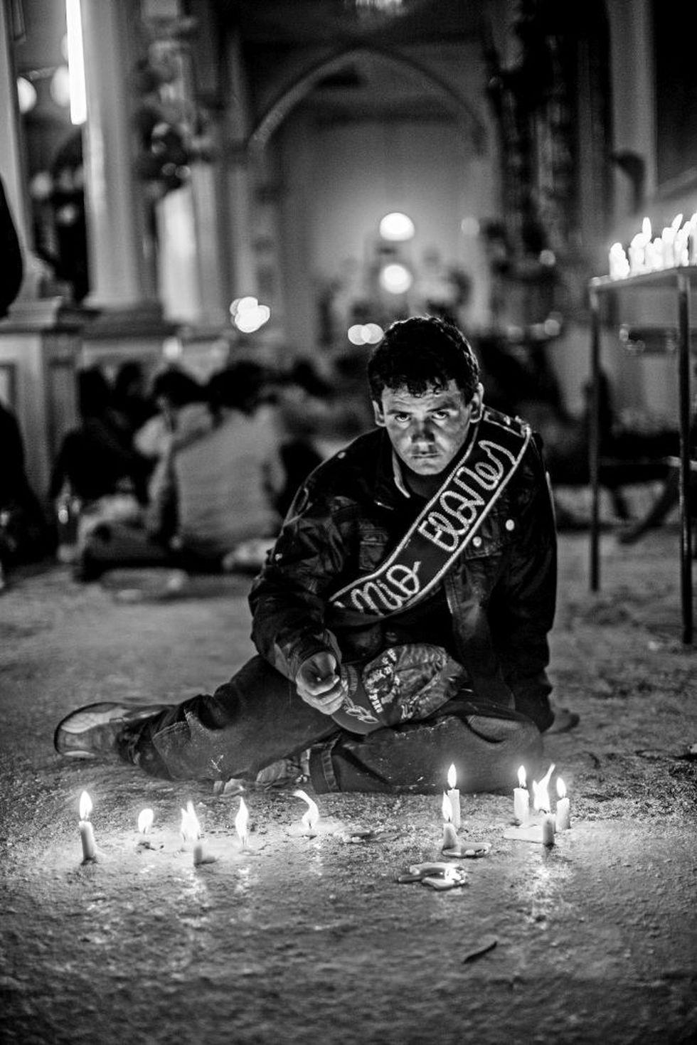 """Peregrino del Señor Cautivo de Ayabaca, de la serie """"Cautivos"""", con la que Sebastián Castañeda ganó el Premio a la Excelencia POYI (Photographer of the Year) en 2014."""