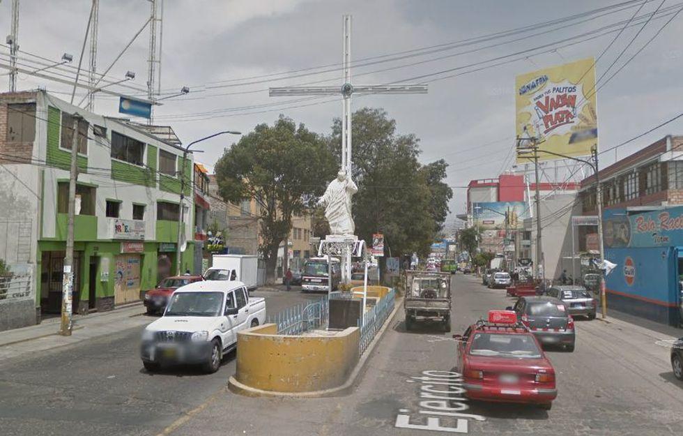 Al ingreso del distrito de Cerro Colorado, al finalizar la avenida Ejército, se encuentra una estatua del papa Juan Pablo II (Foto: Google Maps).