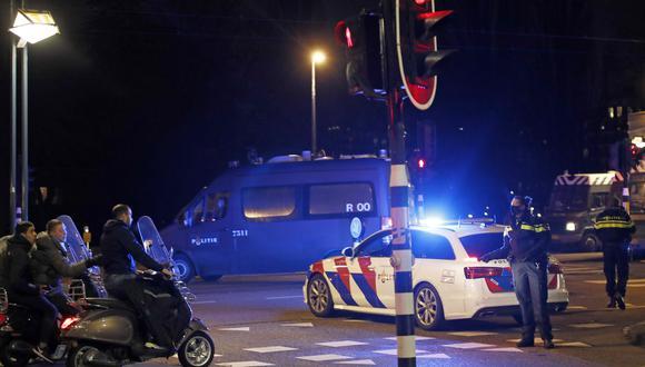 La policía se encarga de mantener el orden en Ámsterdam, Países Bajos, ciudad en la que han habido manifestaciones en contra de las restricciones del coronavirus. AP