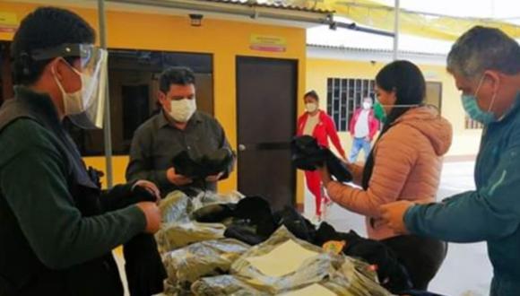 Ica: Alcaldesa distrital de Pueblo Nuevo, en Chincha, inició el reparto de uniformes e implementos de bioseguridad a los trabajadores municipales. (Foto Municipalidad de Pueblo Nuevo)