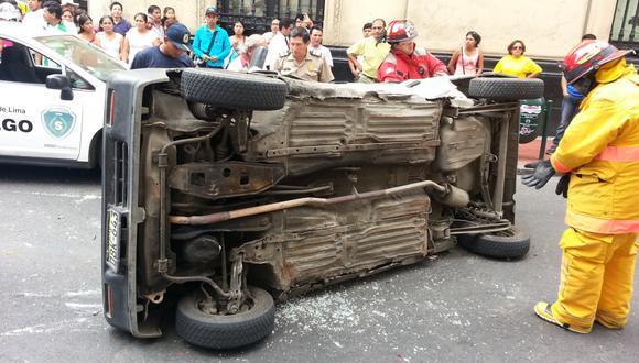 Tico terminó volteado tras chocar contra otro taxi en Cercado - 4