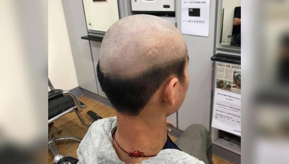 Le hace vergonzoso corte de cabello a su hijo para evitar que salga durante la pandemia. (Foto: Huang Ling Xiang / Facebook)