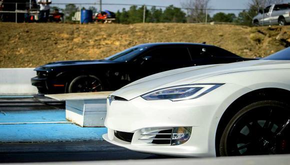 Tanto el Dodge Challenger SRT Demon como el Tesla Model S ofrecen una aceleración que se equipara a los de un superdeportivo. (Foto: YouTube).