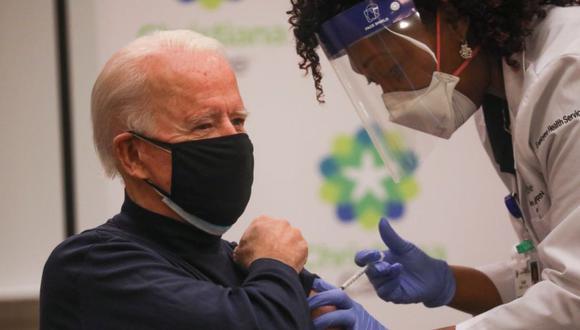 El presidente electo Joe Biden recibe una dosis de una vacuna contra la enfermedad del coronavirus (COVID-19) en el ChristianaCare Christiana Hospital, en Newark, Delaware, EE. UU. (Foto: REUTERS / Leah Millis).