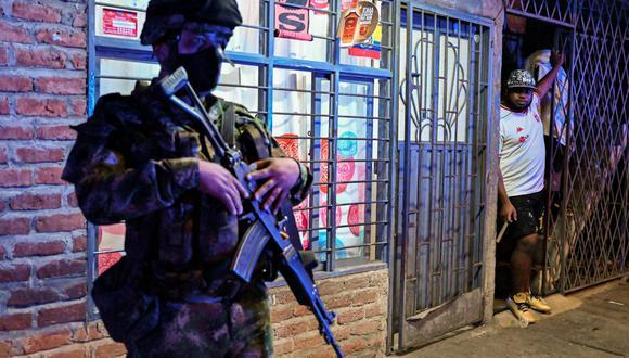 Un soldado colombiano hace guardia en una calle durante el toque de queda impuesto en Cali debido al alto número de casos de coronavirus COVID-19, el 17 de julio de 2020 (Foto referencial, Luis ROBAYO / AFP).