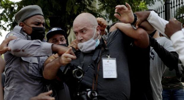 El fotógrafo de AP, el español Ramón Espinosa, es atacado por la policía mientras cubría una manifestación contra el presidente cubano Miguel Díaz-Canel en La Habana. (Foto de Adalberto ROQUE / AFP)