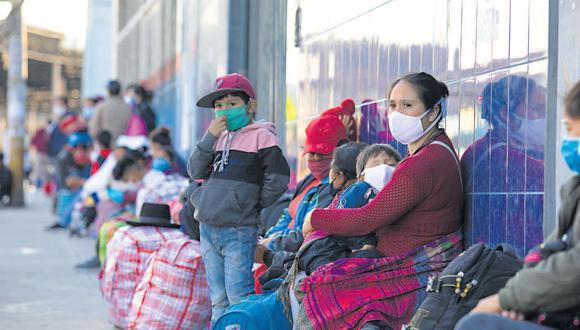 Varias familias con niños que buscan llegar a Andahuaylas y Abancay esperaban ayer en la parte exterior de  una empresa de transporte en La Victoria (Foto: Ángela Ponce)